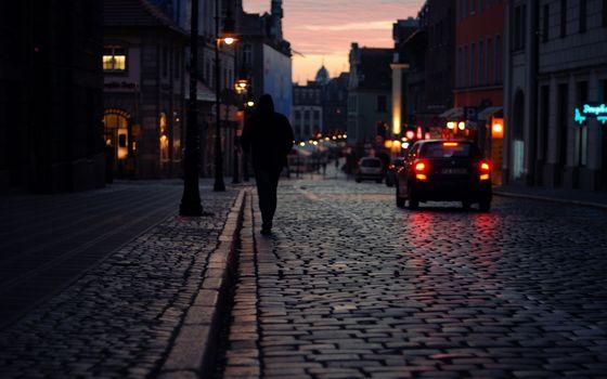 Бесплатные фото улица,человек,дома,фонари свет,огни,горизонт,бордюр,парень,город