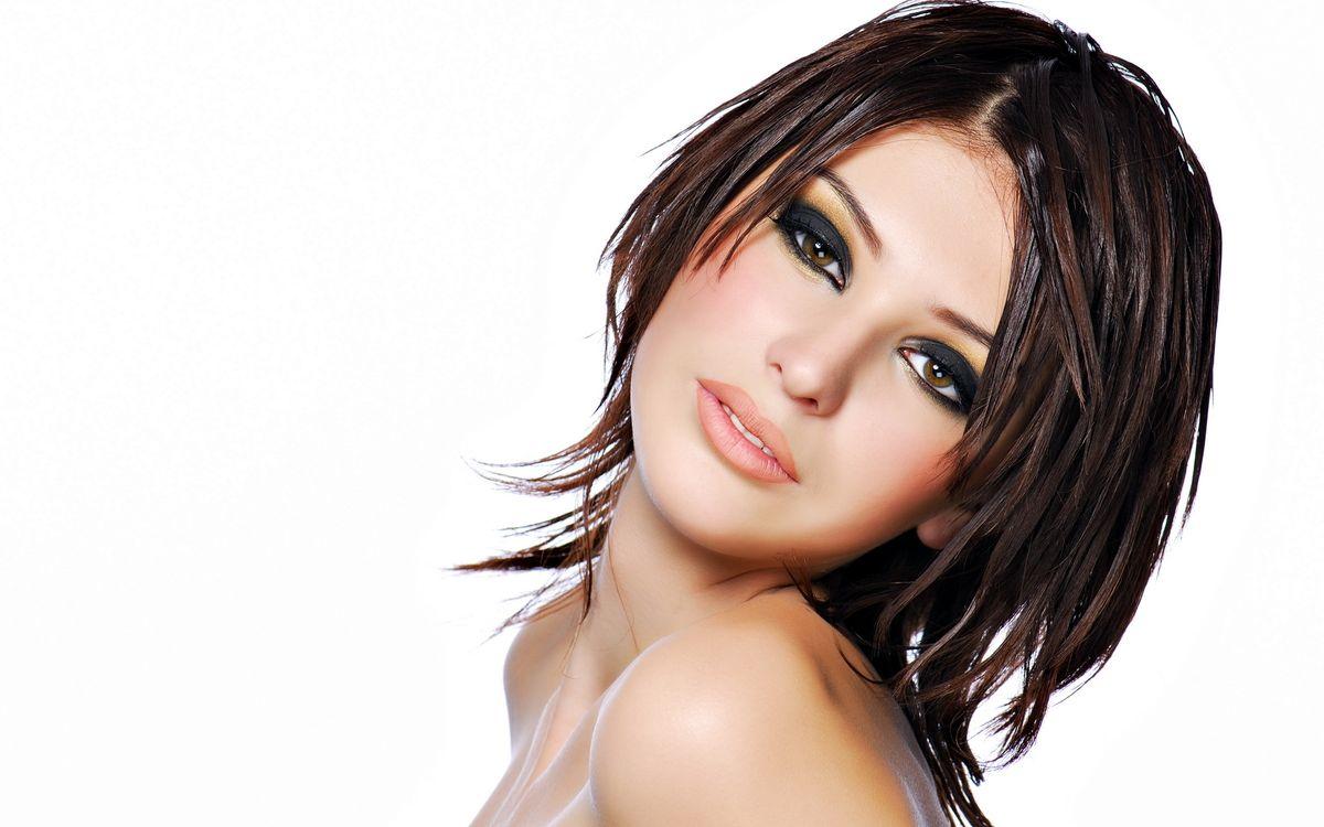Фото бесплатно брюнетка, глаза, взгляд, губы, макияж, плечи, девушки, девушки