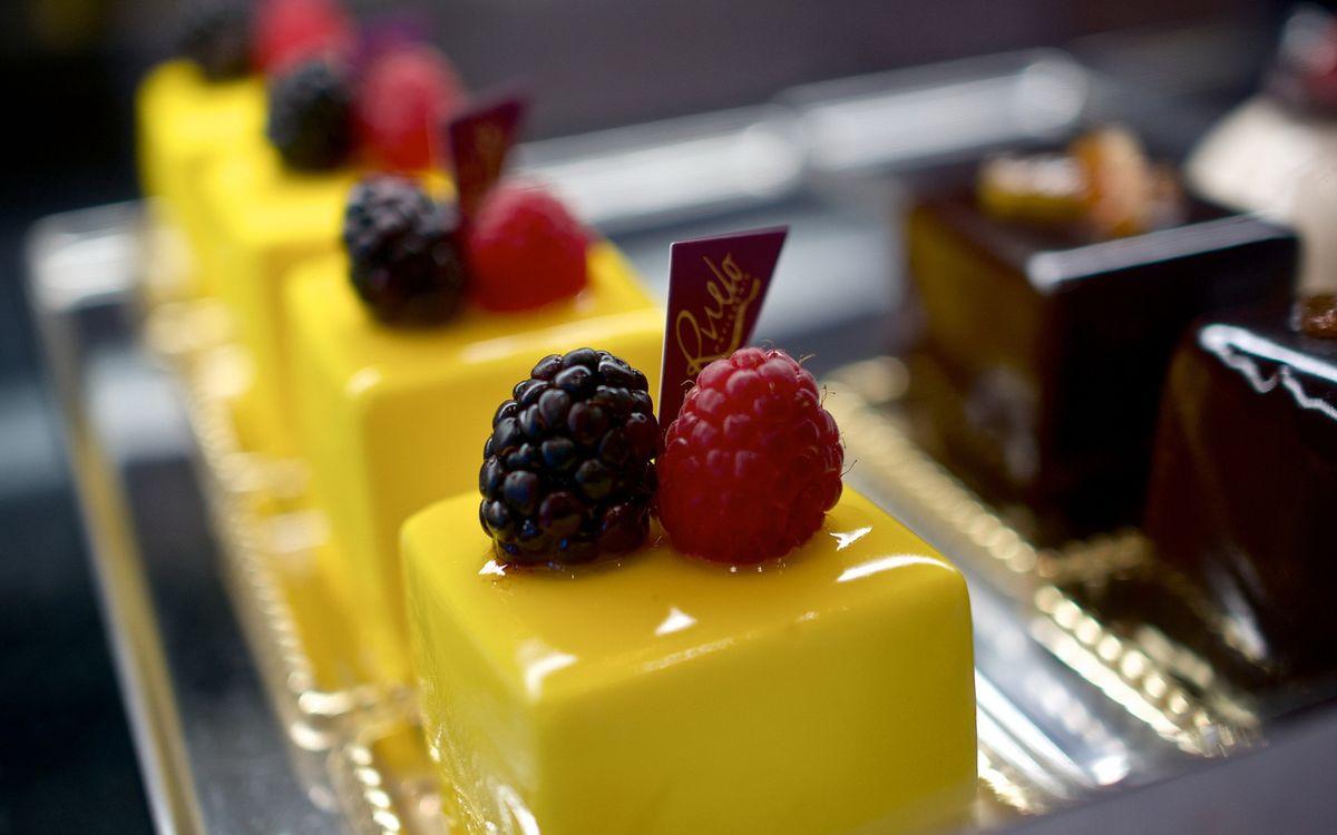 Фото бесплатно десерт, пирожные, ягоды, малина, ежевика, шоколад, сладости, глазурь, еда, еда