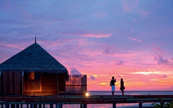 Фото бесплатно девушка, парень, берег, море, хижина, закат, пейзажи