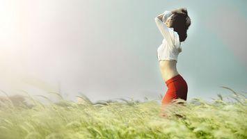 Обои девушка, фото, поле, рожь, горизонт, небо, волосы, юбка, кофта, колоски, девушки
