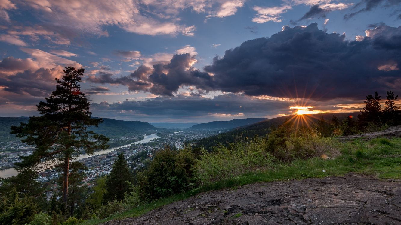 Фото бесплатно горы, деревья, трава, камни, городок, река, небо, закат, солнце, облака, пейзажи, пейзажи