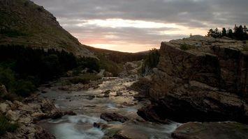 Фото бесплатно горы, скалы, речка, вода, деревья, небо, природа