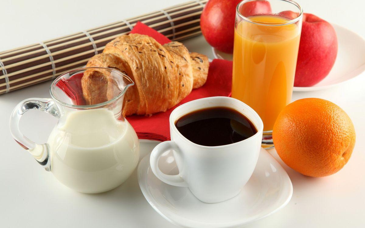 Обои кофе, круассан, сок, стакан, чашка, молоко, сливки, апельсин, яблоко, стол, напитки, еда на телефон | картинки еда