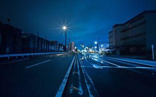 Бесплатные фото ночь,дорога,асфальт,полосы,столбы,фонари,дома