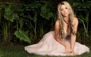 Бесплатные фото шакира,певица,блондинка,длинные,волосы,цепочка,крест