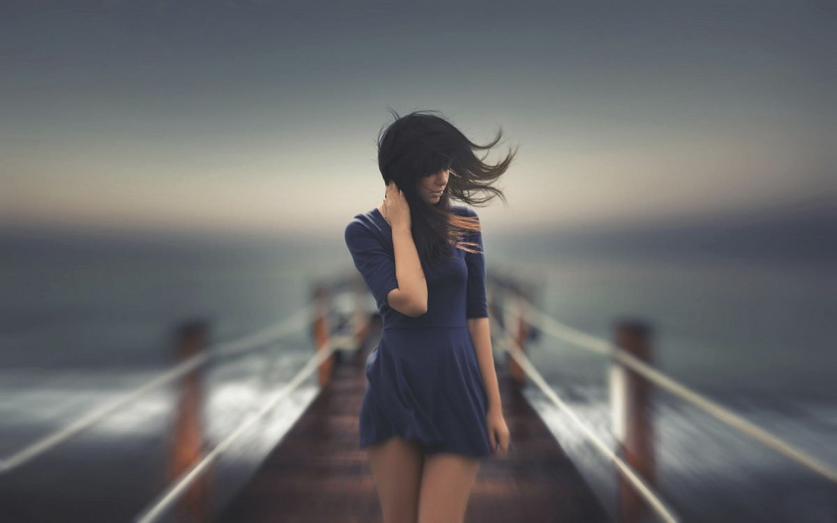 Фото бесплатно шатенка, волосы, ветер, море, пристань, платье, короткое, девушки, девушки