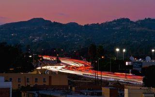 Бесплатные фото вечер,дорога,машины,скорость,фонари,огни,дома