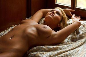 Заставки девушка, священник, грудь