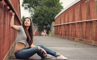 Бесплатные фото азиатка,брюнетка,джинсы,короткая,футболка,живот,глаза
