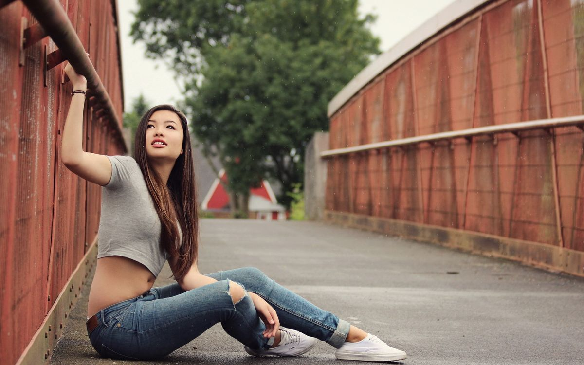 Фото бесплатно азиатка, брюнетка, джинсы - на рабочий стол