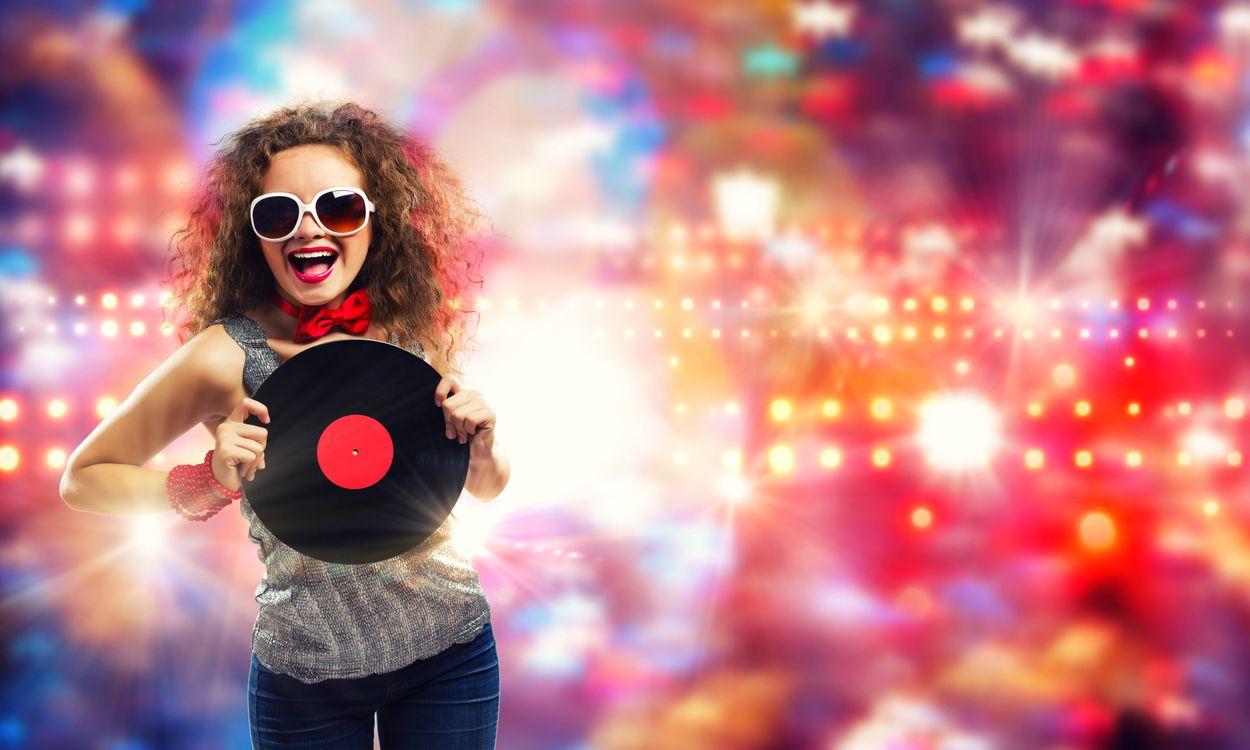 Фото бесплатно девушка диско, девушка, улыбка, настроение, музыка, музыка