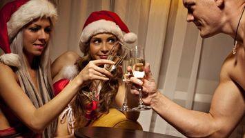 Бесплатные фото девушки,парень,шампанское,бокалы,купальники,стол,шторы