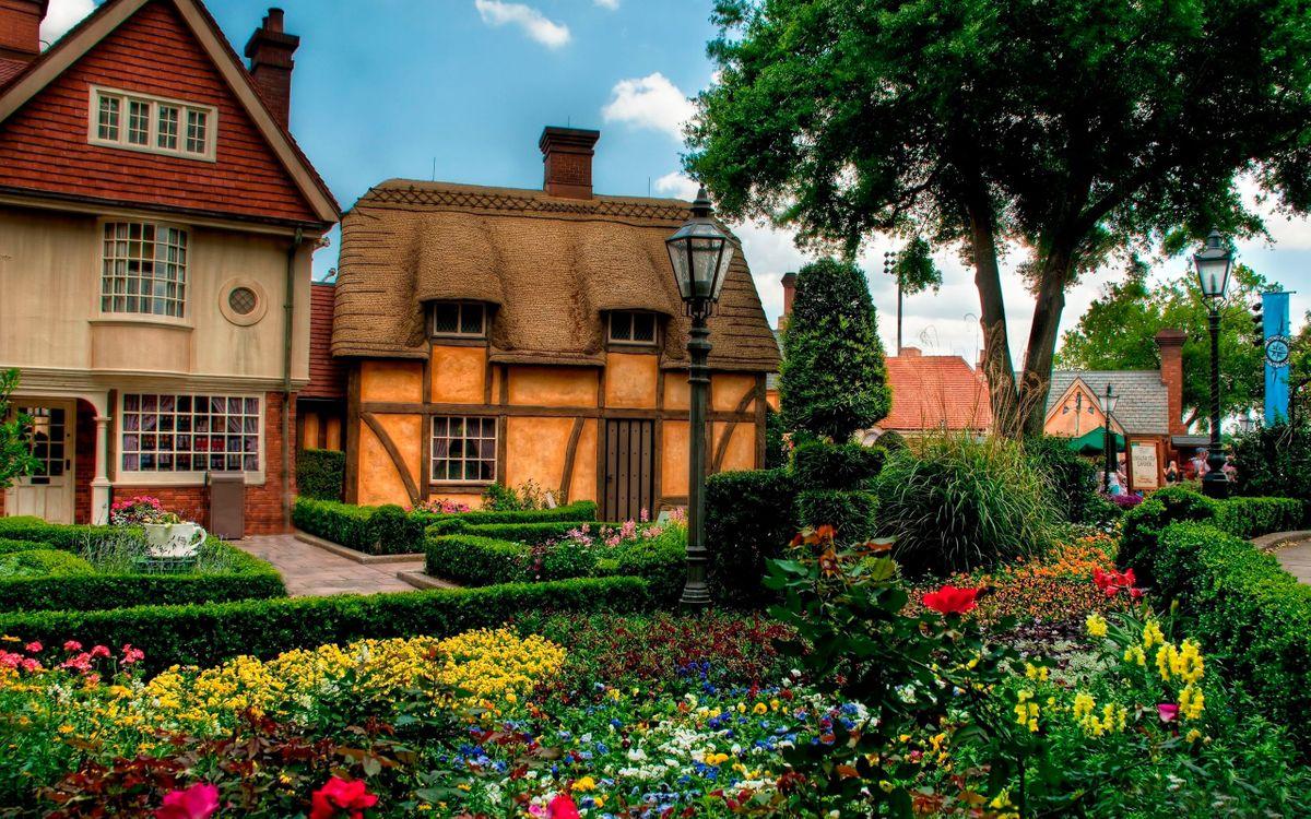Фото бесплатно домики, двор, ландшафтный дизайн, фонари, цветы, кустарник, деревья, разное