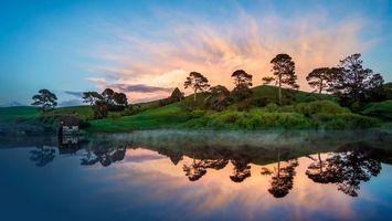 Бесплатные фото озеро,отражение,дымка,домик,холмы,кустарник,деревья