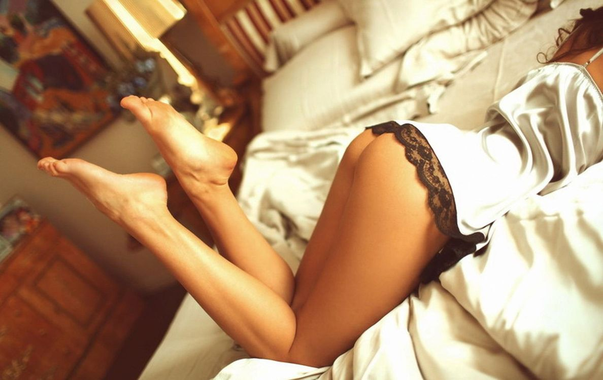 Фото бесплатно panties, legs, feet, beds, hips, ass, women, lingerie, кровать, ноги, фигура, девушки, девушки