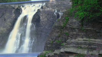 Фото бесплатно водопад, вода, гора, скала, дерево, листва, листья, кусты, пейзажи