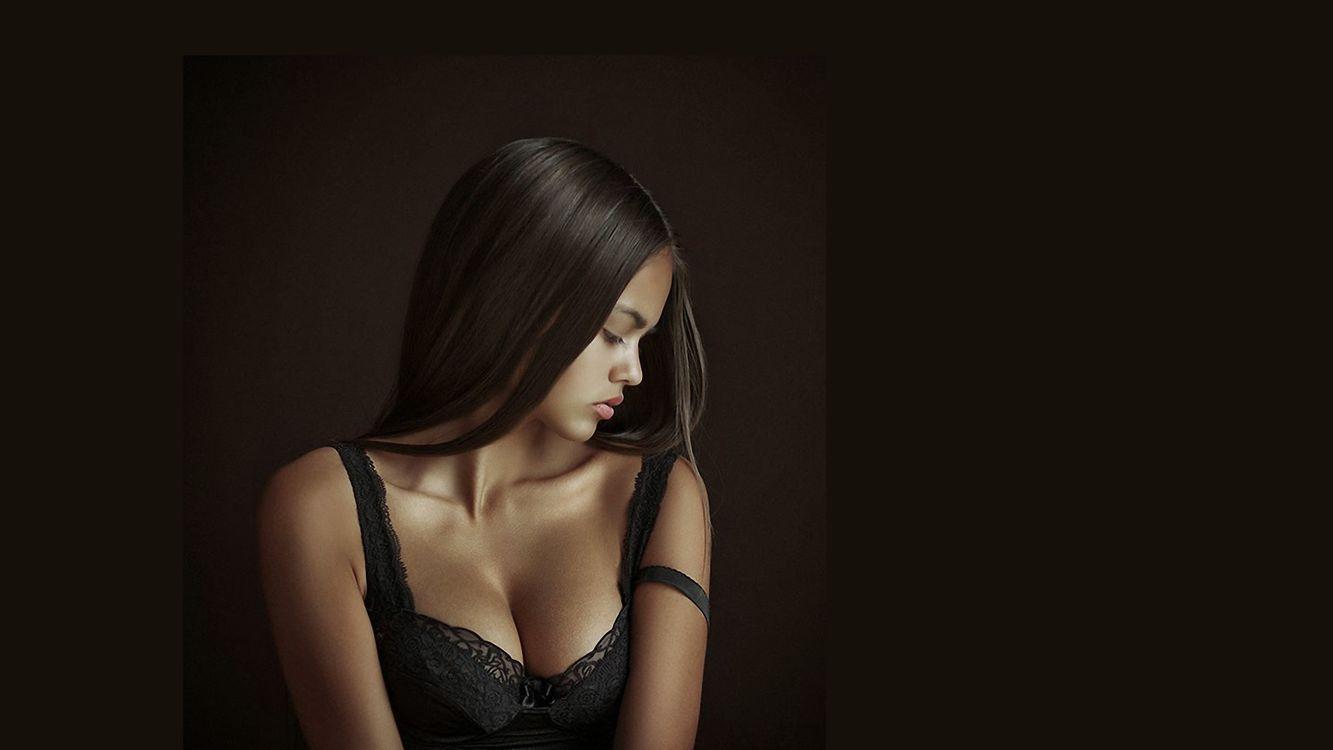 Фото бесплатно брюнетка, волосы, полуоборот, портрет, милашка, симпатичная, юная, декольте, черный, топик, лифчик, фон, девушки, девушки