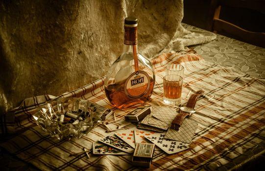 Бесплатные фото бутылка,коньяк,часы,стакан,карты,пепельница,напитки