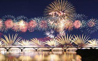 Фото бесплатно фейерверк, ночь, небо, вспышки, мост, залив, дома, город, праздники