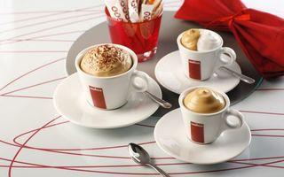 Бесплатные фото кофе,крем,пенка,чашка,тарелка. ложка,стол,салфетка