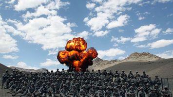 Бесплатные фото солдаты,взрыв,горы,небо,облака,песок,оружие