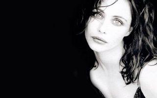 Бесплатные фото волосы,черные,глаза,губы,грустная,шея,девушки