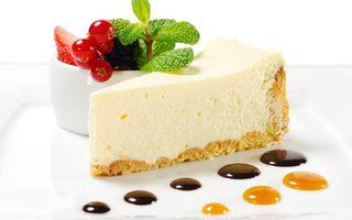 Обои чизкейк, кусок, торт, капли, украшение, ягоды, мята, листья, клубника, десерт, выпечка, тарелка