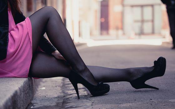 Бесплатные фото девушка,сидит,ножки,колготки,туфли,черные,бордюр,асфальт,ситуации