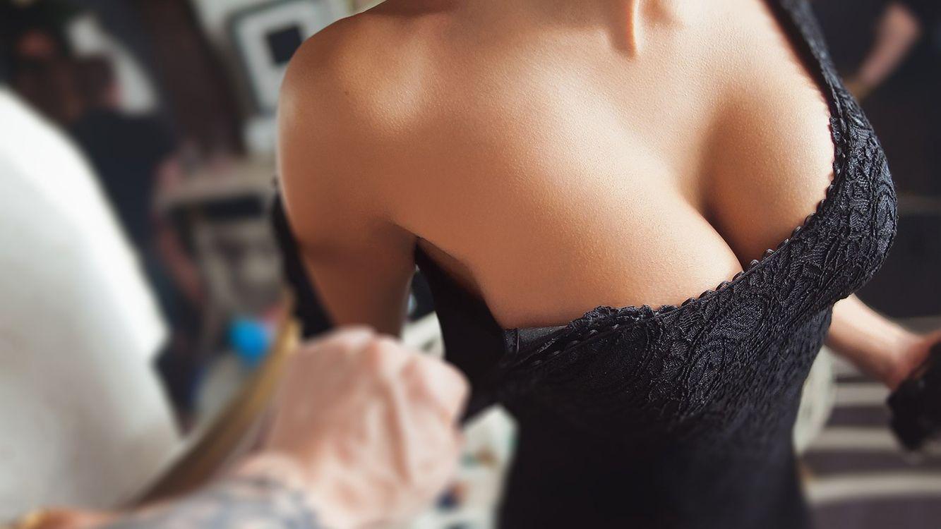 Фото бесплатно грудь, платье, черное, шея, рука, деньги, девушки, девушки