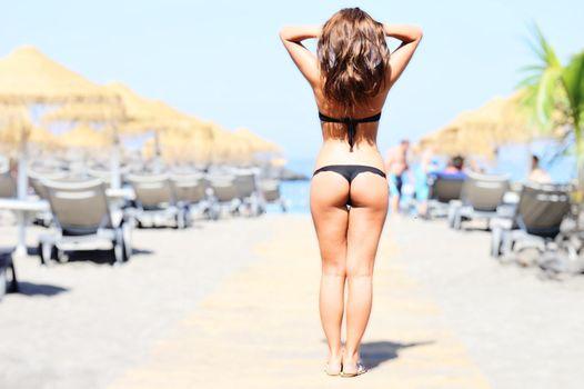 Бесплатные фото ludmila lion,девушка,модель,красавица,брюнетка,море,пляж,купальник,попа,волосы,ноги,аппетитная