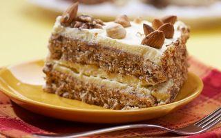 Фото бесплатно пирожное, тортик, кусочек, миндаль, крем, орехи, зерна, посыпка, тарелка, вилка, салфетка, коржи, еда