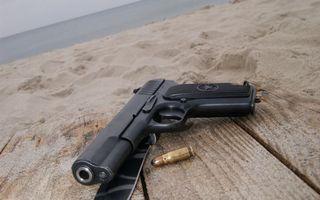 Заставки пистолет, черный, патрон, доски, песок, море, оружие