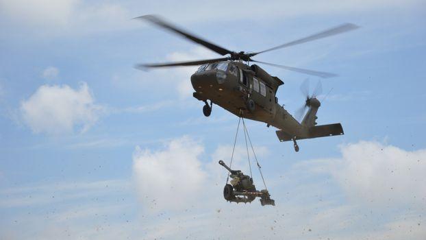 Бесплатные фото вертолет,лопасти,зеленый,небо,облака,пушка,тросы,авиация