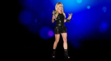 Бесплатные фото блондинка,платье,черное,глаза,губы,ноги,девушки