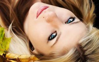 Бесплатные фото глаза,голубые,блондинка,листья,губы,розовые,девушки