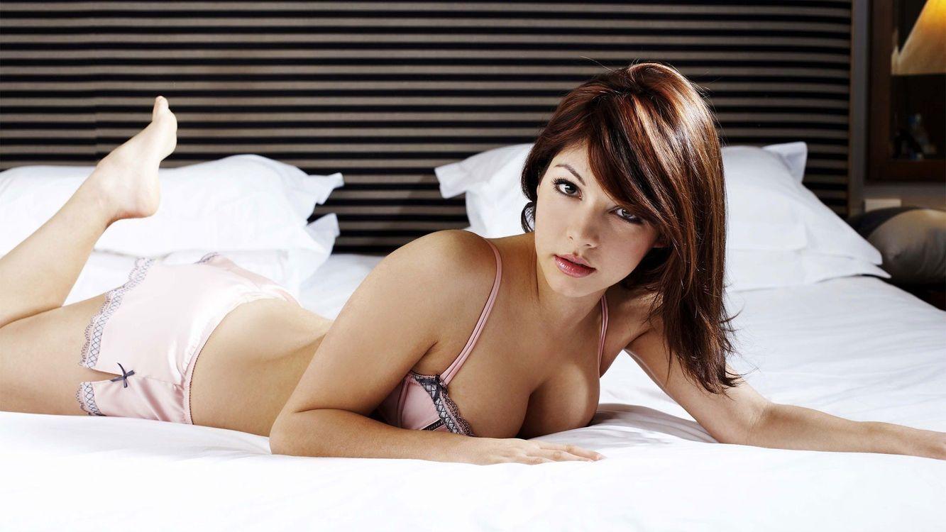 Фото бесплатно кровать, подушка, белье, волосы, помада, одеяло, макияж, девушки, девушки