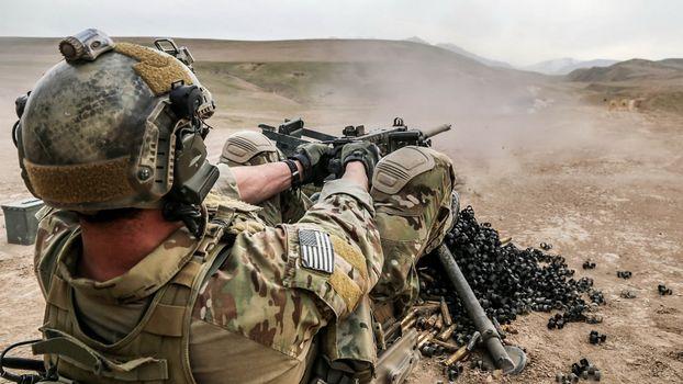 Фото бесплатно пулемет, патроны, солдат