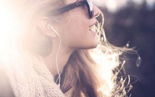 Бесплатные фото настроение,солнце,девушка,музыка,лучи,улыбка,свет