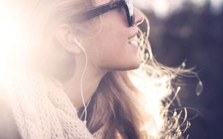 Фото бесплатно настроение, солнце, девушка, музыка, лучи, улыбка, свет
