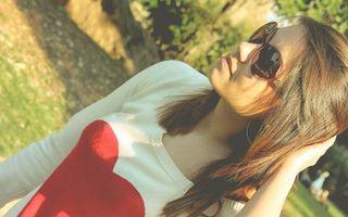 Бесплатные фото девушка,волосы,прическа,очки,кофта,рисунок,сердце