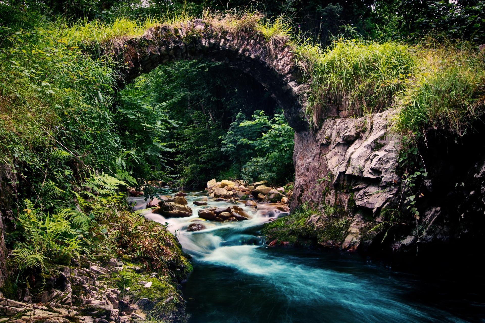 Мост через речку в ущелье  № 2239340 бесплатно