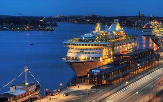 Бесплатные фото вечер,порт,река,лайнер,дорога,дома,огни
