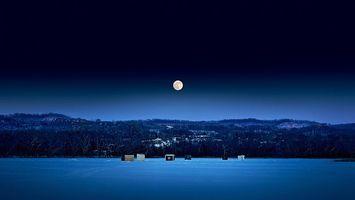 Бесплатные фото луна,зима,поле,снег,ночь,елки,кабинки