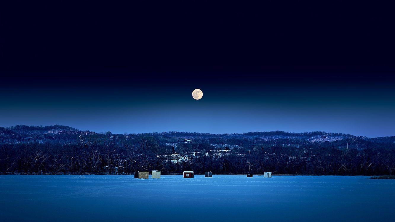 Фото бесплатно луна, зима, поле, снег, ночь, елки, кабинки, пейзажи, пейзажи