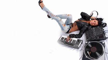 Бесплатные фото девушка, наушники, пластинка, пульт, синтезатор, провода, музыка