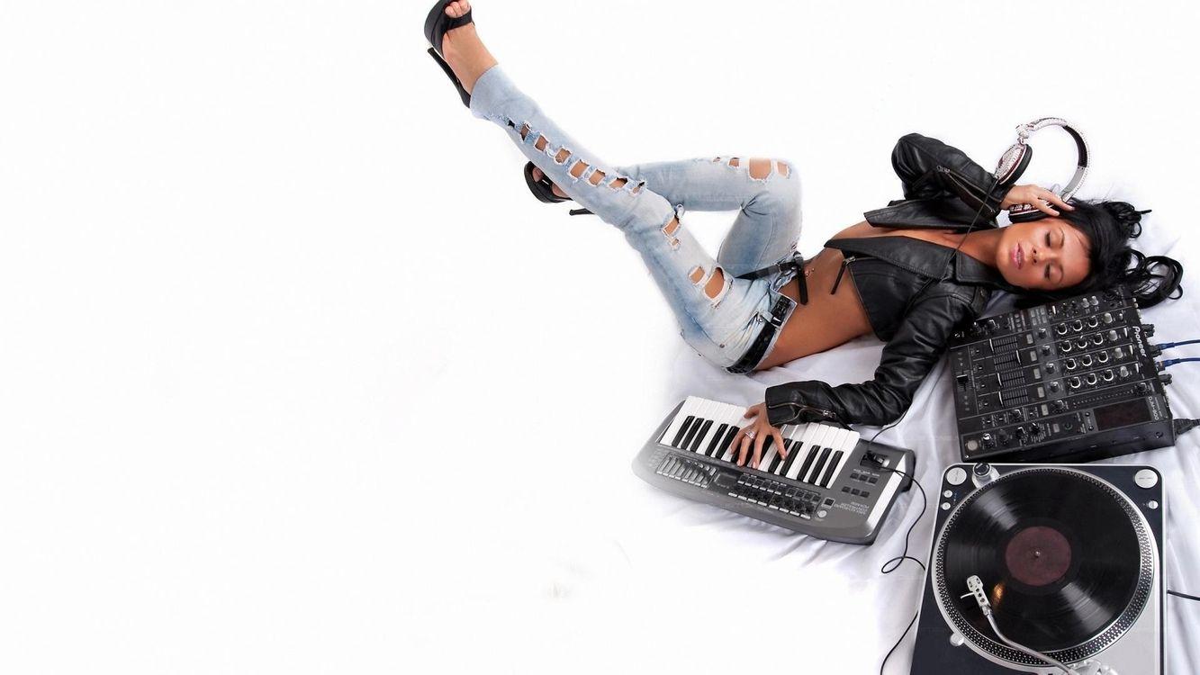 Фото бесплатно девушка, наушники, пластинка - на рабочий стол