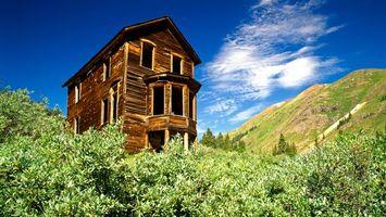 Фото бесплатно горы, трава, деревья, дом, небо, облака, пейзажи