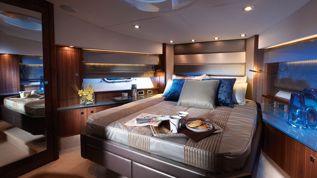 Фото бесплатно спальня, кровать, подушки, подсветка, лампы, зеркало, интерьер, интерьер