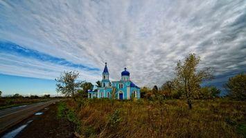 Бесплатные фото храм,но пригорке,дорога,небо,облака,деревья